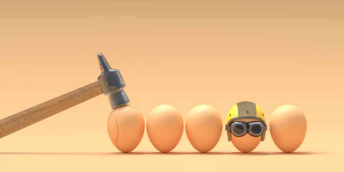 Image of eggs, one with a helmet and another getting hit by a hammer to express the dos and don'ts of CAM assays
